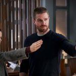 Arrow | Imagens e Sinopse do episódio 07X12 – Emerald Archer, mostram vida de Oliver virando um documentário